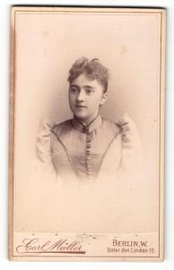 Fotografie Carl Müller, Berlin-W, Portrait junge Dame im eleganten Kleid mit Puffärmeln