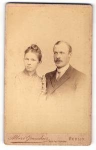 Fotografie Albert Grundner, Berlin, Portrait bürgerliches Paar in eleganter Kleidung