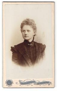 Fotografie A. Jandorf & Co, Berlin, Portrait junge Dame im eleganten Kleid mit Kragenbrosche