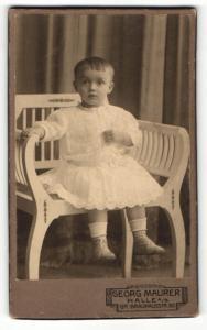 Fotografie Georg Maurer, Halle a / S., Portrait niedliches kleines Mädchen im weissen Kleid