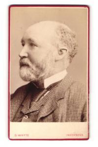 Fotografie D. Whyte, Inverness, Portrait älterer Herr im Anzug mit Krawatte und Vollbart
