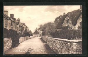 AK Alderley Village, Strassenansicht mit Häusern und kleinen Steinmauern