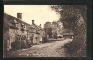 AK Alderley, Blick auf Steinhäuser an Landstrasse