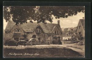 AK Bibury, The Square, alte Häuser mit Zweispänner