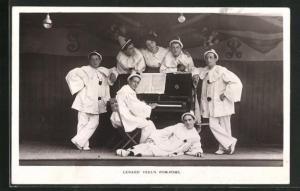 AK Lenard Teel`s Pom-Poms, Harlekins stehen um ein Klavier