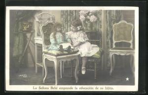 AK La Senora Bebé emprende la educación de su hijita, Mädchen mit Puppe