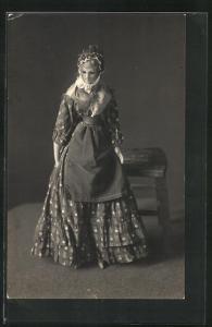 AK Puppe im gemusterten Kleid mit Schürze