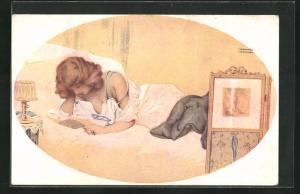 Künstler-AK Raphael Kirchner: Junge Dame liest im Bett einen Brief