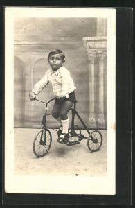 Foto-AK Kleiner Junge auf einem Dreirad
