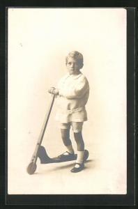 Foto-AK Kleiner Junge auf einem Roller