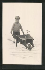 AK Kleiner Junge mit Schaufel in einem Karren