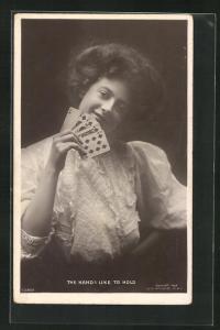 AK The Hand I like to hold, Hübsche Dame hält Spielkarten in der Hand