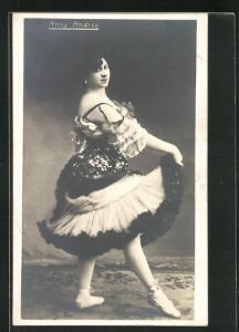AK Ballett, Anny Andree in einem weiten Kleid mit Ballettschuhen