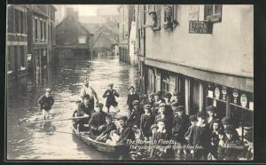 AK Norwich, Floods, The younger element think it fine fun, Ruderboot in überfluteter Strasse