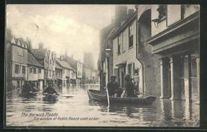 AK Norwich, Floods, Top window of Public House used as bar, Männer in Booten