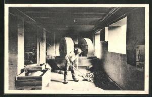 AK Holmegaards Glasvoerk, Knusemaskine, Glasarbeiter in der Fabrik