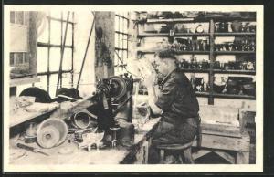 AK Holmegaards Glasvoerk, Gravoren i Arbejde, Glasarbeiter in der Fabrik