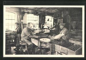 AK Holmegaards Glasvoerk, Randslibning og Afspraengning, Glasarbeiter in der Fabrik