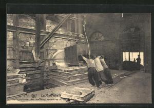 AK La Verrerie, Enfourhement des mafieres premieres et des dechets, Glasarbeiter in der Fabrik