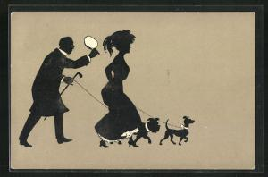 AK Scherenschnitt, Herr mit Hunden an Leine geht Dame hinterher