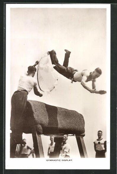 AK Gymnastic Display, Turner springt durch einen Reifen über den Bock 0