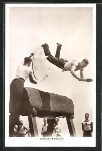 AK Gymnastic Display, Turner springt durch einen Reifen über den Bock