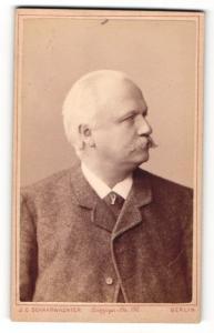 Fotografie J. C. Schaarwächter, Berlin, Portrait betagter Herr mit Schnauzbart
