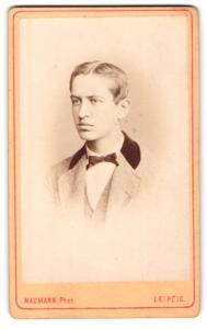 Fotografie Naumann, Leipzig, Portrait junger Mann mit Fliege