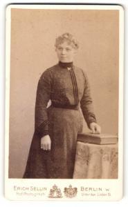 Fotografie Erich Sellin, Berlin, Portrait Dame im eleganten Kleid