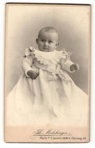 Fotografie Th. Molsberger, Halle / Saale, Portrait eines Kleinkindes