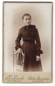 Fotografie Fr. Kienzle, Stuttgart, Portrait wunderschönes Fräulein im schwarzen gerüschten Kleid