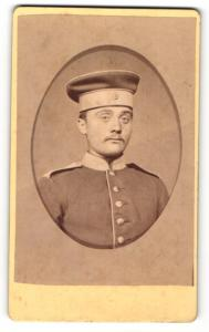 Fotografie Georg Reese, Hannover, Portrait stattlicher junger Soldat in Uniform