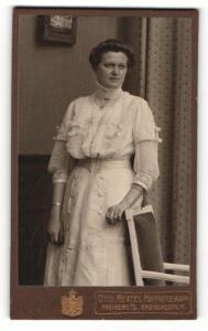 Fotografie Otto Hertel, Freiberg i. S., Portrait dunkelhaarige Schönheit im weissen bestickten Kleid