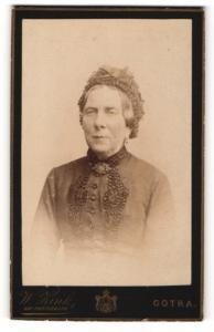 Fotografie W. Zink, Gotha, Portrait betagte Dame mit Rüschenhaube und Brosche am Blusenkragen
