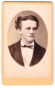 Fotografie Franz Schuen, Amberg, junger Mann mit gescheiteltem Haar und schmaler Fliege