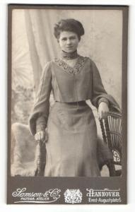 Fotografie Samson & Co, Hannover, Portrait dunkelhaarige Schönheit im bestickten Kleid