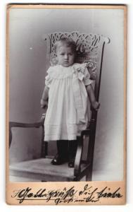 Fotografie Atelier Herzfeld, Dresden-A., Portrait niedliches kleines Mädchen im weissen Rüschenkleidchen