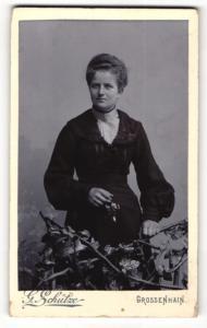 Fotografie G. Schütze, Grossenhain, Portrait bezaubernde Dame mit Blume in der Hand