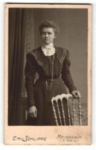 Fotografie Emil Schlippe, Meissen, Portrait wunderschönes Fräulein im bestickten Kleid