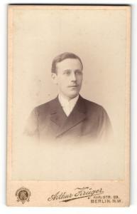 Fotografie Arthur Krüger, Berlin-NW, Portrait junger Herr in festlicher Kleidung