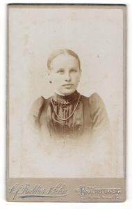 Fotografie C. F. Beddies & Sohn, Braunschweig, Portrait Mädchen mit zusammengebudenem Haar