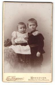 Fotografie Fr. Kayser, Hannover, Portrait Kleinkind und älterer Bruder