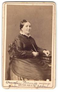 Fotografie E. Flottwell, Magdeburg, Portrait Dame in festlicher Garderobe