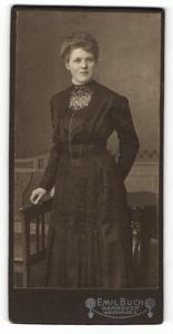 Fotografie Emil Buch, Hannover, Portrait brünettes Fräulein im schwarzen eleganten Kleid
