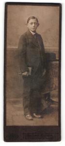 Fotografie Geirg Meyer, Braunschweig, Portrait niedlicher Bube mit Buch im Anzug