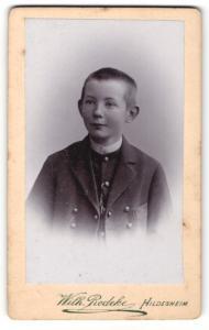 Fotografie Wilh. Redeke, Hildesheim, Portrait kleiner Bub mit kurzem Haar