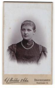 Fotografie C. F. Beddies & Sohn, Braunschweig, Portrait Fräulein mit zusammengebundenem Haar