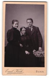 Fotografie Emil Koch, Bonn, Portrait ältere Dame mit einem Herrn und junger Dame in eleganter Kleidung
