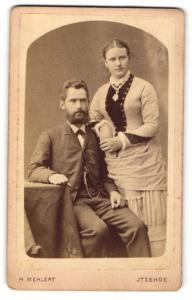 Fotografie H. Mehlert, Itzehoe, Portrait bürgerliches Paar in modischer Kleidung