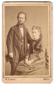 Fotografie W. Fechner, Berlin, Portrait bürgerliches Paar in eleganter Kleidung